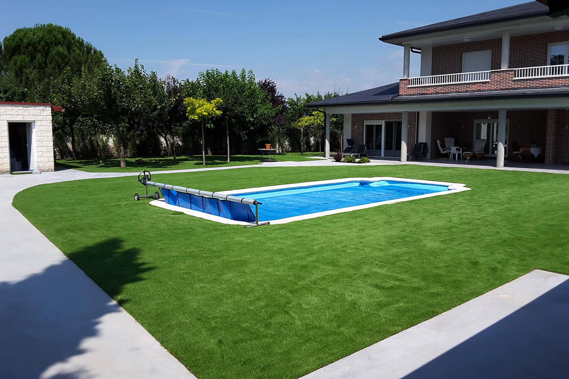 cesped artificial y piscina